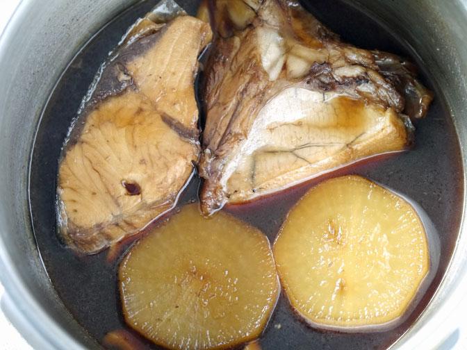 ぶりかまと大根の煮つけ煮込み後